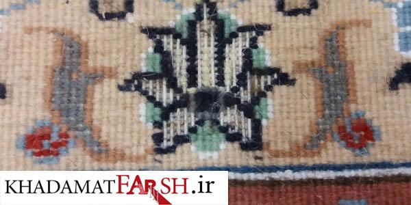 در این تصویر بیدخوردگی فرش دستباف را که از پشت قالی ایجاد شده مشاهده میکنید.